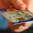 hånd der rækker ud med kreditkort