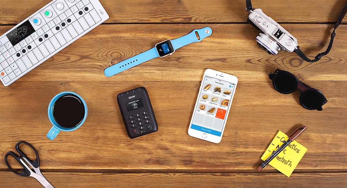 kontaktløs iZettle terminal og iPhone på disken
