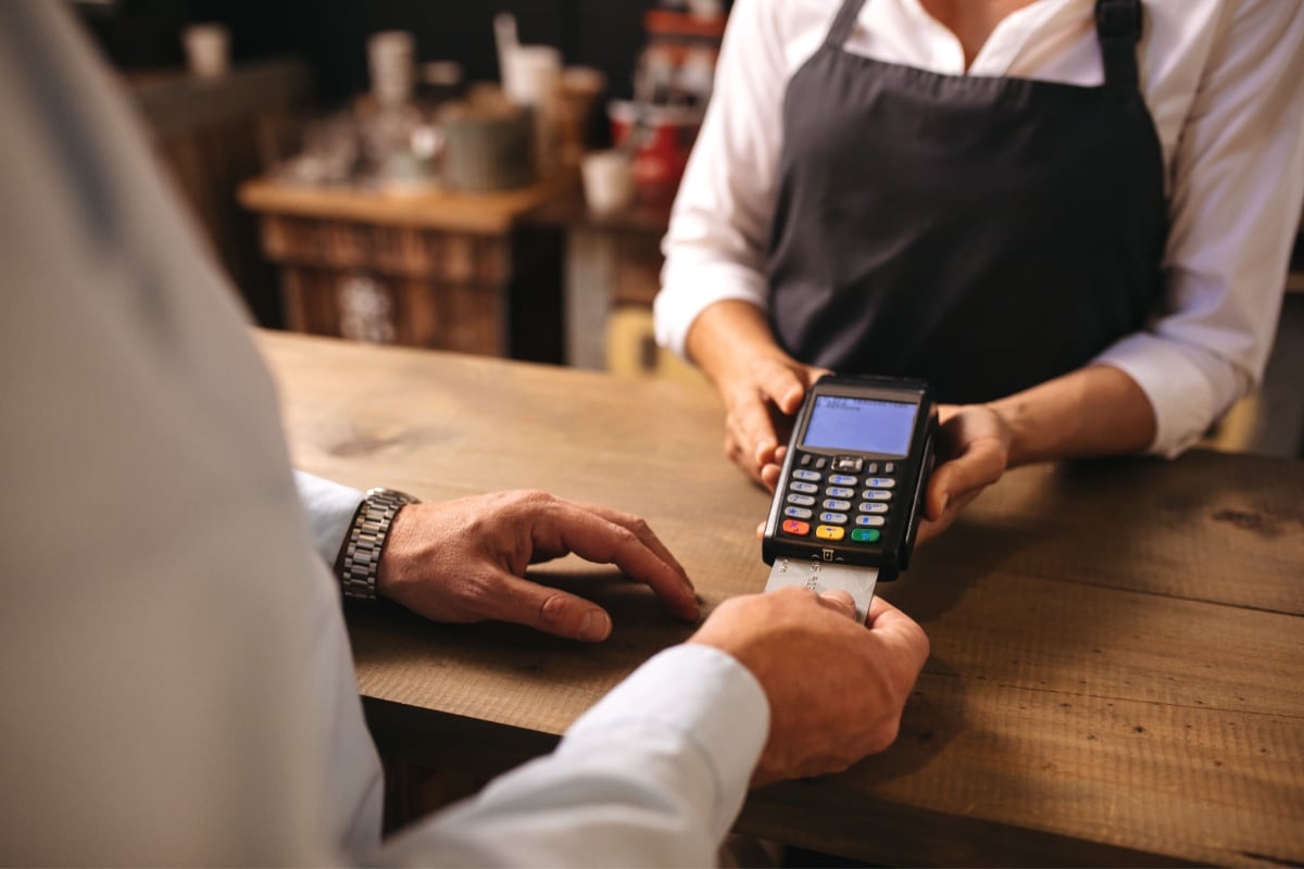 En kunde indsætter et chipkort i en betalingsterminal