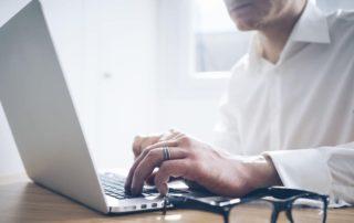 mand der bruger en laptop