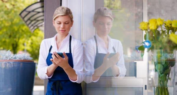 assistent der bruger en mobil kortlæser
