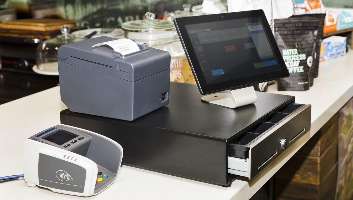 kassesystem med pengeskuffe skærm betalingsterminal og bonprinter