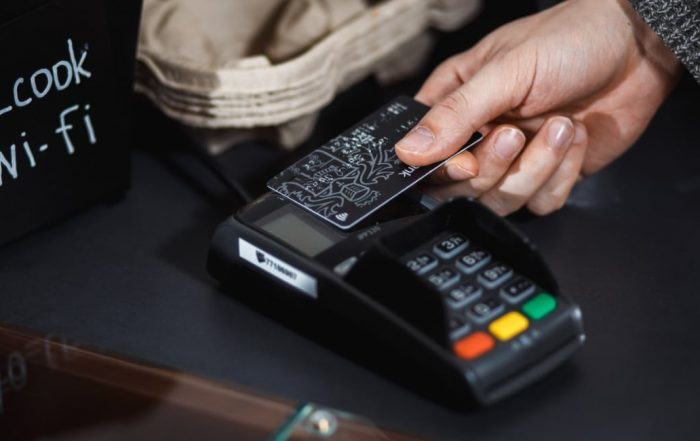 kontaktløst kort på en betalingsterminal